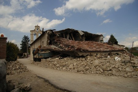 Scene dai centri devastati dal sisma