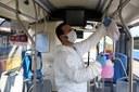 Coronavirus, autobus, persona che igienizza autobus