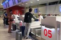Coronavirus, persone all'aeroporto, mascherine, partenza, viaggio