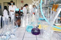 Coronavirus, ricercatori in laboratorio, provette, ricerca