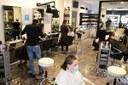 Coronavirus, mascherine, parrucchiere, clienti, negozio