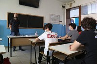 Coronavirus, ragazzi a scuola, aula, banchi, scuola, professore