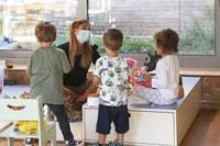 Coronavirus, bambini alla scuola materna, scuola, maestra