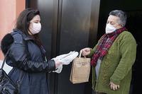 Coronavirus, donne con mascherina