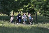 Persone in bici, mascherine, coronavirus, parco