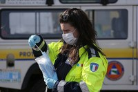 Volontaria, consegna mascherina