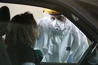 Coronavirus, persona che fa il tampone in macchina, drive through