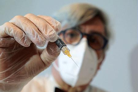 Coronavirus, medico, vaccino, siringa