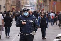 Corinavirus, vigile con radio e mascherina, persone, città