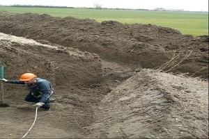 Fase di scavo durante il ripristino dell'argine con intercettazione di tane trasversali e longitudinali presenti al suo interno